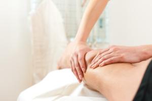 Patient bei der Physiotherapie - Massage